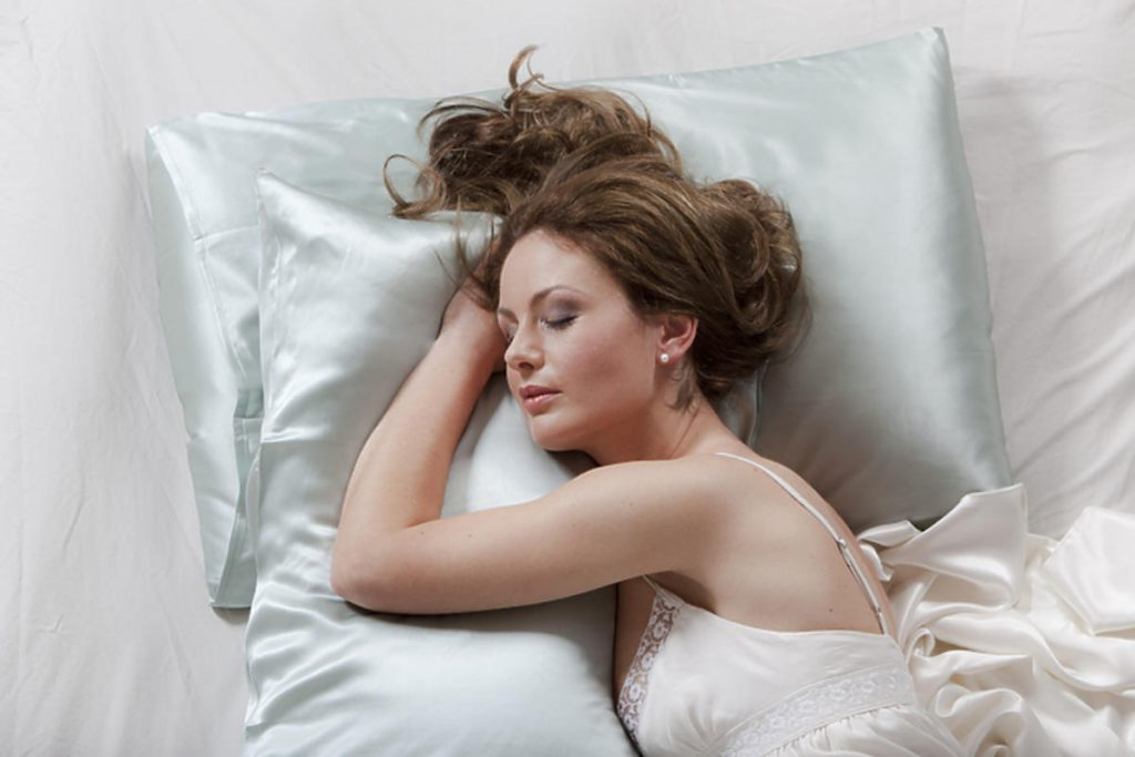 Cotton, satin or silk? Let us guide you which pillowcase is the best for your hair!