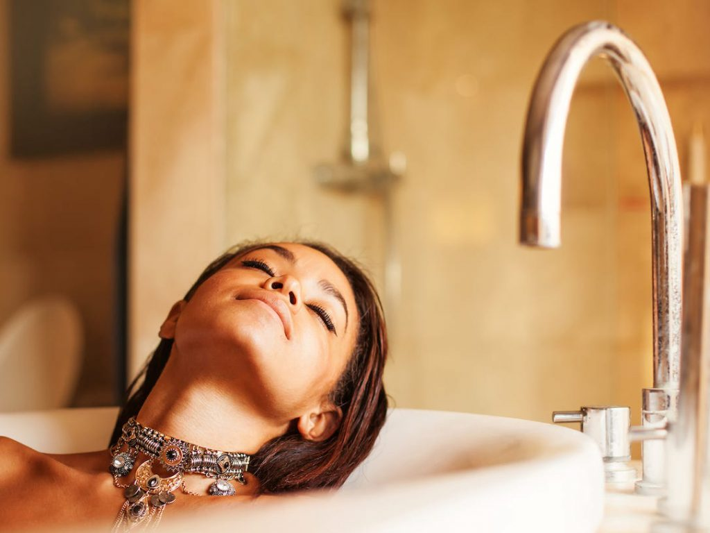 Does Hot Water Help… Lose Weight?! Good & Bad Sides of Hot Baths Explained